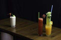 les boissons de différentes couleurs et saveurs introduisent à la pipette image libre de droits