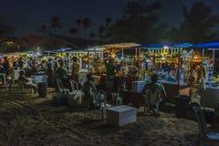 Les boissons s'élève à la plage la nuit Jericoacoara Brésil Images stock
