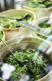 Les bols de laitue organique fraîche part dans l'affichage de comptoir à salades Photo libre de droits