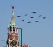 Les bombardiers russes d'armée volent au-dessus du palais grand de Kremlin images libres de droits