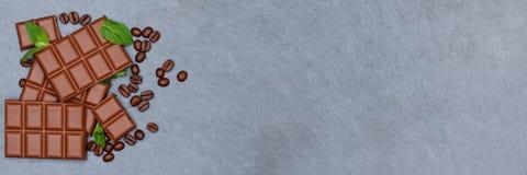 Les bonbons à bannière de nourriture de barre de chocolats de lait chocolaté slate le copyspace Image stock