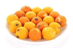 Les bonbons à Diwali d'Indien ont servi dans un plat appelé Ladoo images stock