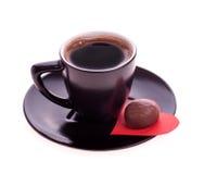 Les bonbons au chocolat au coeur du papier et le café noircissent Image stock