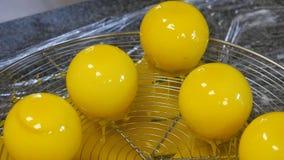 Les bonbons au chocolat faits main à préparation, se ferment  Usine de confiserie Production de confiserie pâtisseries Photos stock
