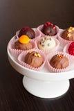 Les bonbons au chocolat se ferment vers le haut de la verticale Images stock