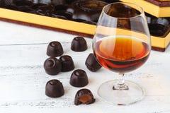 Les bonbons au chocolat sur la table, se ferment vers le haut de la vue Photographie stock