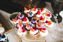 Les bonbons délicieux sur la sucrerie de mariage secouent avec des desserts, petits gâteaux Photos stock