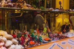 Les bonbons multiples sur la boutique rayonne avec des prix à payer Nourriture populaire de rue en Italie images stock