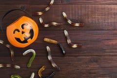 Les bonbons terribles worms pour Halloween en potiron décoratif sur a image libre de droits