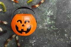 Les bonbons terribles worms pour Halloween en potiron décoratif sur a images stock