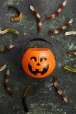 Les bonbons terribles worms pour Halloween en potiron décoratif sur a photos stock