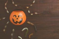 Les bonbons terribles worms pour Halloween en potiron décoratif sur a images libres de droits