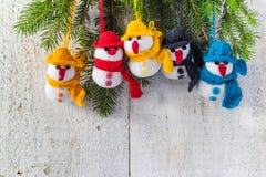 Les bonhommes de neige embarquent la famille en bois d'équipe de peluche d'hiver de Noël Photographie stock libre de droits