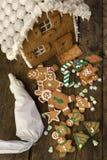 Les bonhommes en pain d'épice et les biscuits de Noël dans font photographie stock libre de droits