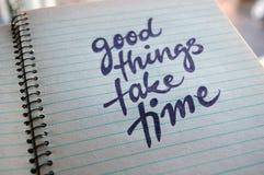 Les bonnes choses prennent à temps le fond calligraphique images stock