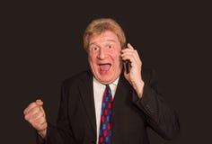 Les bonnes nouvelles Homme mûr étonné dans le costume avec le téléphone portable Images stock