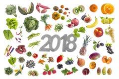 Les bons fruits et légumes 2018 de la résolution cinq de nouvelle année whritten dans le midde sur le blanc Photos stock