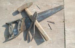 Les bons vieux outils ont croisé image stock