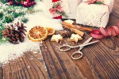 Les boîte-cadeau faits main s'approchent de l'arbre de Noël avec des biscuits et des épices Photographie stock libre de droits