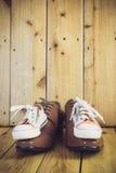 Les bottes du papa et les espadrilles du bébé Image stock