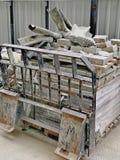 Les bottes en caoutchouc fonctionnantes des vieux hommes utilisés, jetées sur le chantier de construction près de la région de Mo photo stock
