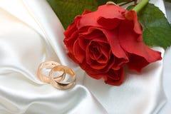 Les boucles de mariage et ont monté images libres de droits
