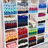 Les boucles ont coloré la laine sur des étagères de magasin Image stock