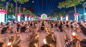 Les bouddhistes offrent la bougie pendant la nuit à Bouddha Amitabha Photographie stock