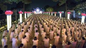Les bouddhistes prient l'étape orientée de festival chickened par Amitabha de Bouddha Image libre de droits