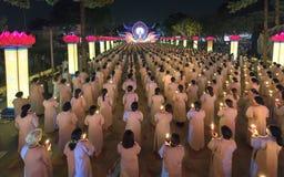 Les bouddhistes prient l'étape orientée de festival chickened par Amitabha de Bouddha Photographie stock libre de droits
