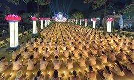 Les bouddhistes prient l'étape orientée de festival chickened par Amitabha de Bouddha Images libres de droits