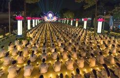 Les bouddhistes prient l'étape orientée de festival chickened par Amitabha de Bouddha Photo libre de droits