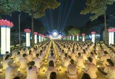 Les bouddhistes prient l'étape orientée de festival chickened par Amitabha de Bouddha Image stock
