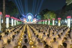Les bouddhistes prient l'étape orientée de festival chickened par Amitabha de Bouddha Photos stock