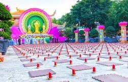 Les bouddhistes sont venus préparé à l'intérieur de la bougie Image stock