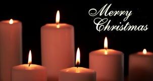 Les bougies blanches et le Joyeux Noël textotent sur l'obscurité banque de vidéos