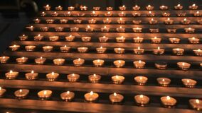 Les bougies brûlent près de l'autel, rituel d'église