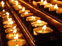 Les bougies brûlent sur le chandelier dans l'église Ustensiles d'?glise Plan rapproch? image libre de droits