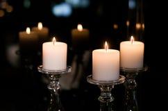 Les bougies brillent dans l'obscurité et illuminent votre amour Photo stock