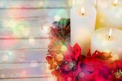 Les bougies décorées des fleurs nichent le panier sur la planche en bois Images libres de droits