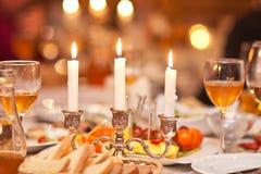 Les bougies de burning dans un chandelier sur une table de fête Photo stock
