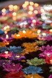 Les bougies de flottement de fleur dans l'eau pour font le mérite dans le bouddhiste Photographie stock libre de droits