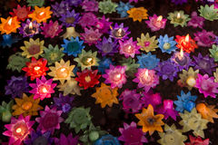 Les bougies de flottement de fleur dans l'eau pour font le mérite dans le bouddhiste Images libres de droits