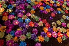 Les bougies de flottement de fleur dans l'eau pour font le mérite dans le bouddhiste Image stock