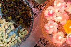 Les bougies de flottement et sèchent des fruits Photos stock