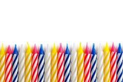 Les bougies de vacances ont aligné dans une rangée sur un isolat blanc de fond Photo libre de droits