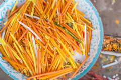 Les bougies jaunes, blanches et oranges sont dans le plateau en métal hors focale Photographie stock libre de droits