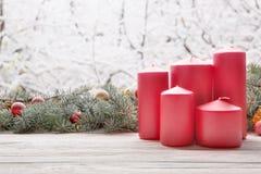 Les bougies rouges de lanterne de vintage avec la guirlande d'arbre de sapin de Noël sur le conseil en bois sur le filon-couche d photos stock
