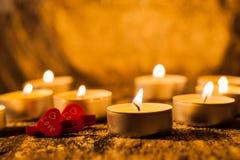 Les bougies rouges de lumière avec ont monté Lumières de bougie de Valentine Photographie stock libre de droits
