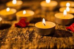 Les bougies rouges de lumière avec ont monté Lumières de bougie de Valentine Images libres de droits